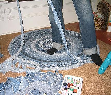 Ideas para reciclar vaqueros alfombra de trenzas