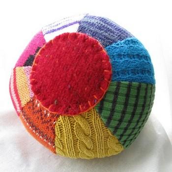 Pelota de suéteres reciclados