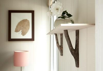 Estante decorativo hecho con ramas