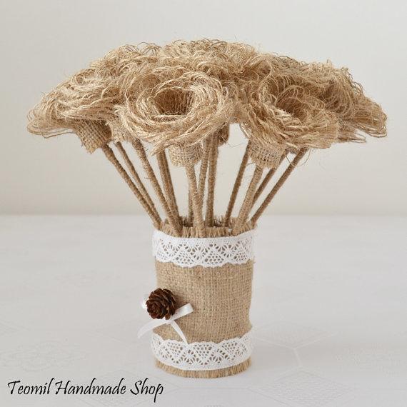 Flores de arpillera modelo de flores con florero en tela de yute