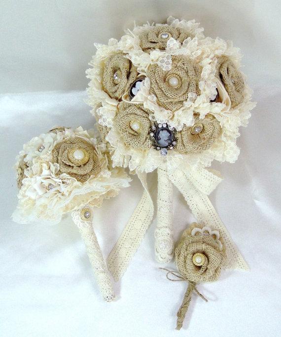Flores de arpillera con perlas y puntillas para un ramo de novia