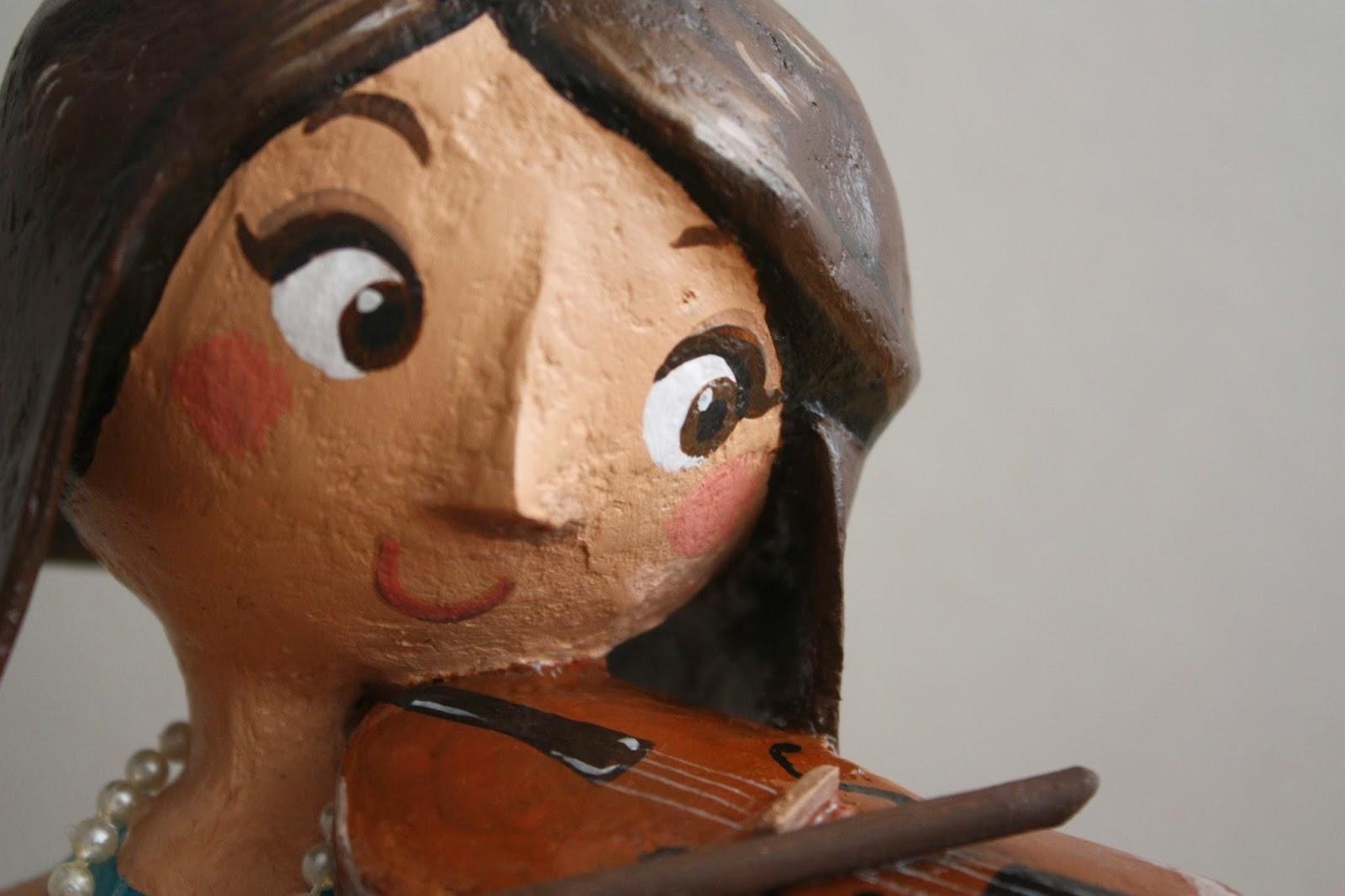 Mujer violinista en papel mache