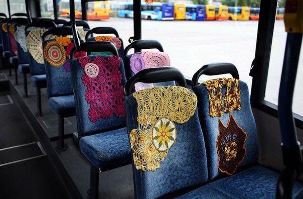 Tejido callejero dentro de un autobús decoración de los asientos con fundas de crochet