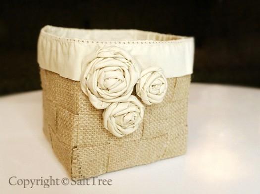 Flores de tela enrollada en un cesto de arpillera