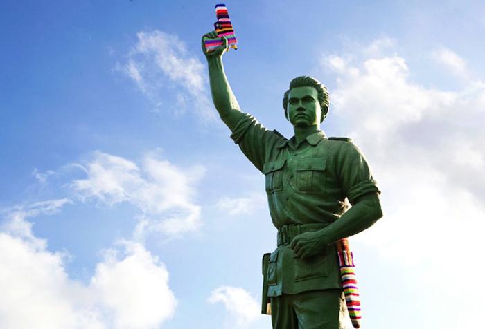 Tejido callejero pacifista tejidos en el arma de la estatua