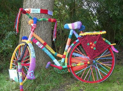 Tejido callejero en una bicicleta decorada con crochet
