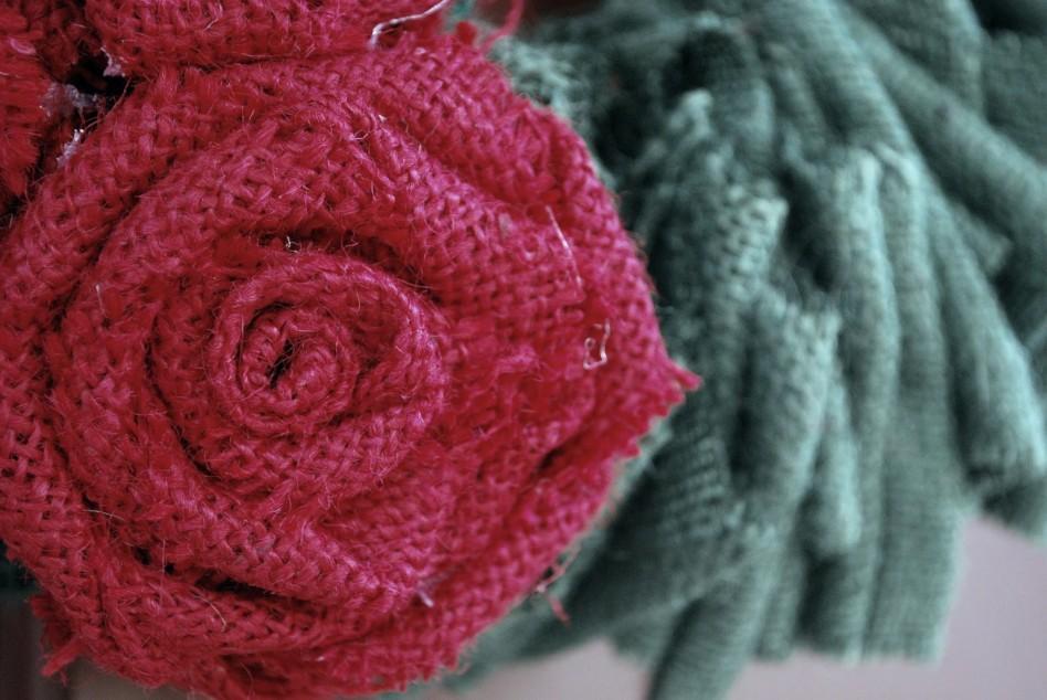 Flores de arpillera de colores, rosa modelo en tela enrollada