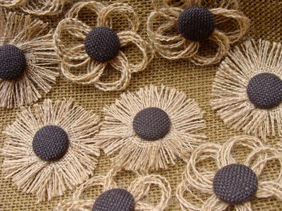 Flores de arpillera con centro botón