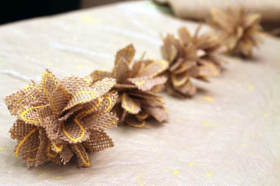 Flores de arpillera modelo fácil de hacer con pétalos cosidos