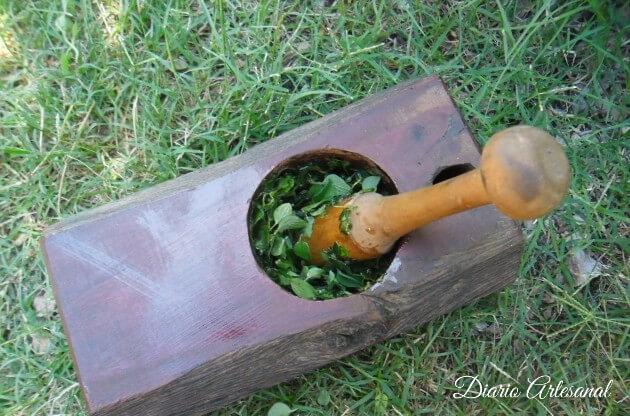 Moler las hojas de oregano
