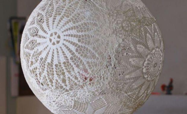 Lámpara de crochet hecha con manteles