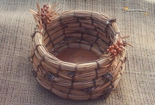 Tejer un cesto de pinocha natural