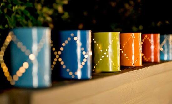 Candelabros de colores hechos con latas