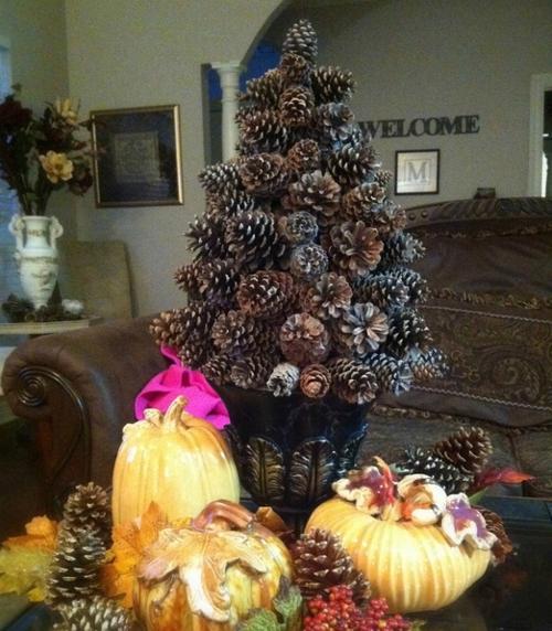 Arbol de navidad hecho con piñas