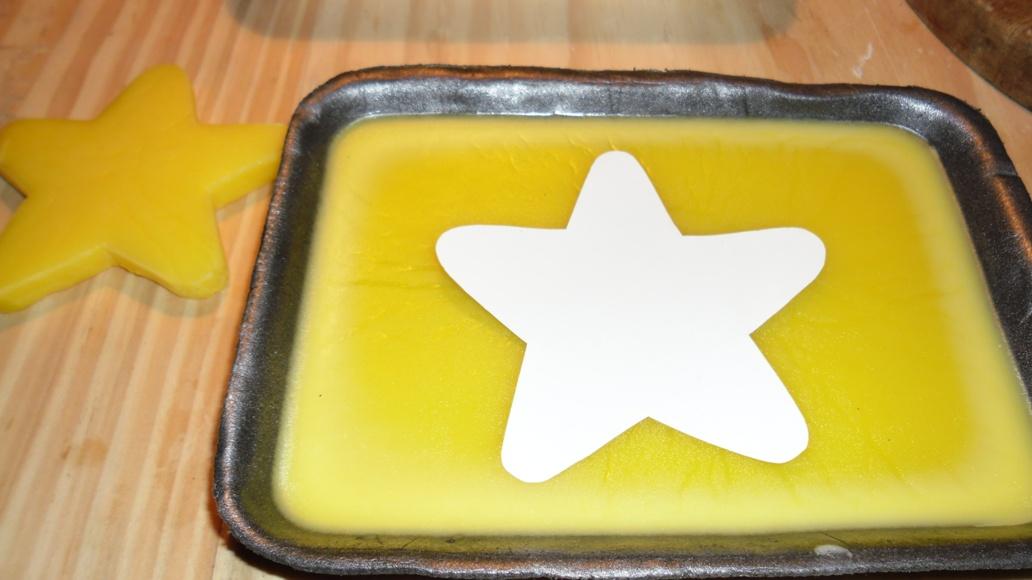 Verter la parafina en la bandeja y apoyar el molde de estrella