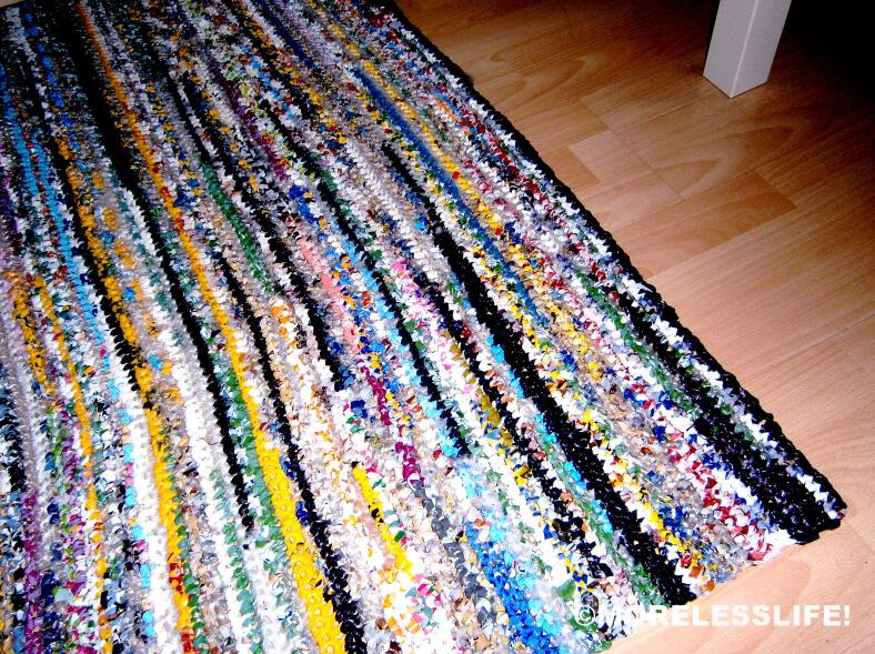 Alfombra rectangular tejida con bolsas recicladas