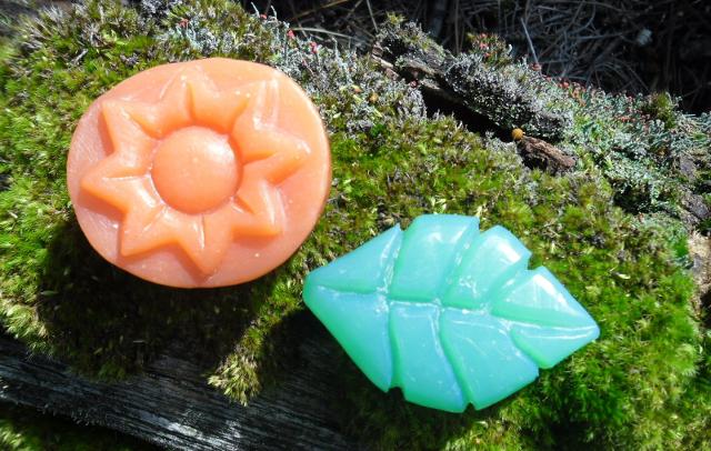 Jabones tallados a mano con forma de flor y una hoja