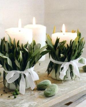 Velas decoradas con materiales naturales para navidad