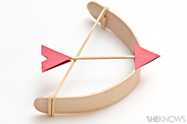 Juguetes con materiales reciclados, arco y flecha para jugar hecha con materiales de reciclaje