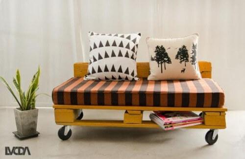 Modelo de sofá de palets moderno con ruedas y almohadones