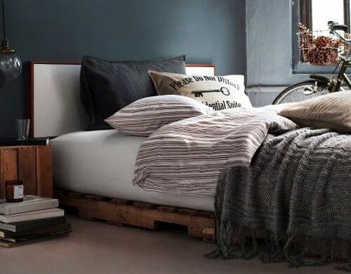 Modelo de cama de dos plazas hecha con palets