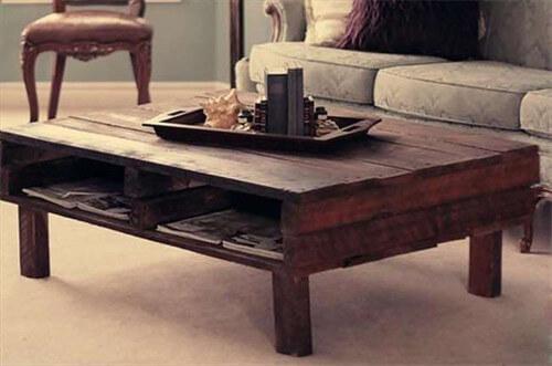 Mesa de café con espacio interior para revistas hecha con un palet
