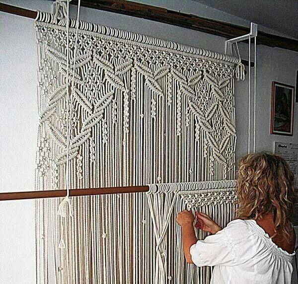 Mujer tejiendo un tapiz de macramé