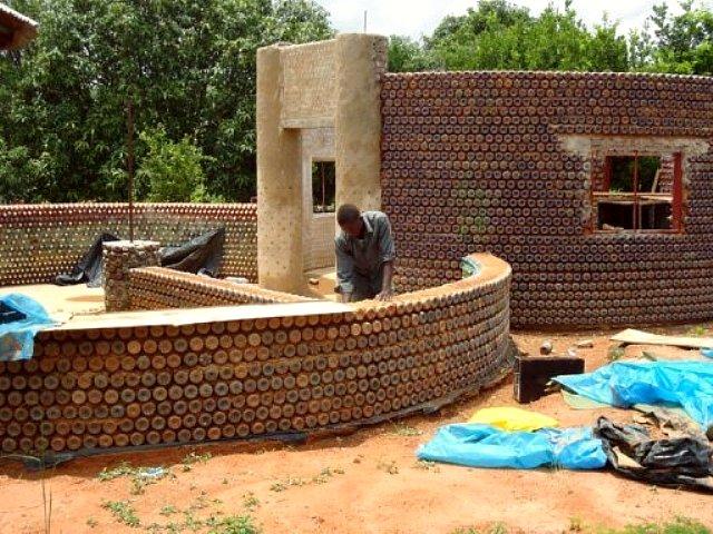 Casas hechas con botellas en Africa