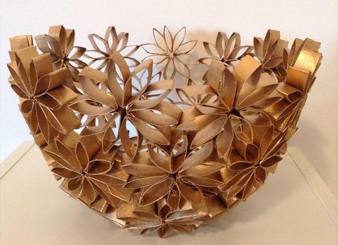 Bol decorativo hecho con reciclaje de cartón de rollos