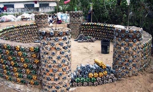 Casas hechas con botellas de plástico construcción