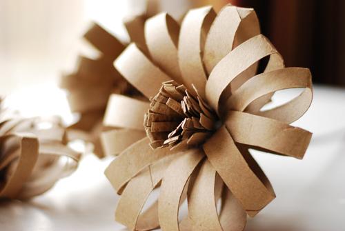 Flores originales de tubos de papel reciclados