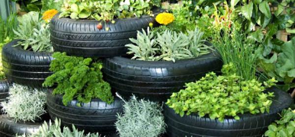 Idea con neumáticos reciclados para plantas en el jardín
