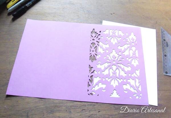 Pegamos una cartulina de otro color bajo el diseño calado