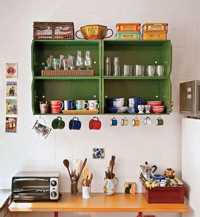 Estantes de cocina hechos con cajones pintados