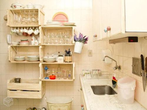 Estantería de cocina hecha con cajones reciclados