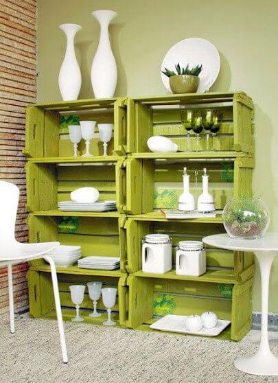 Mueble hecho con ocho cajas de madera recicladas