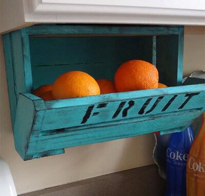 Cajón reciclado convertido en un organizador para frutas