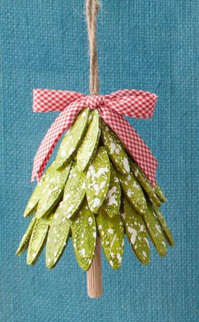 Manualidad con semillas para decorar el arbol de navidad