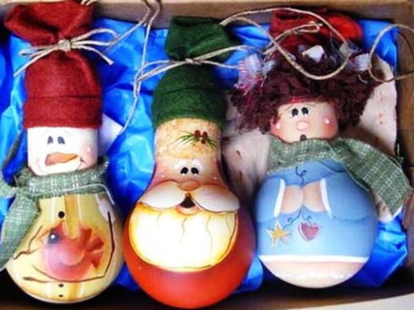 Adornos para el arbol de navidad con bombillas recicladas