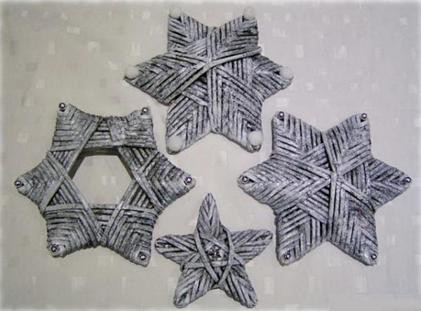 Estrellas tejidas en papel periódico