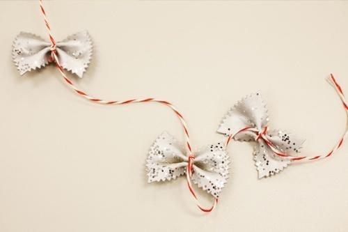 Guirnalda de fideos para decorar el arbol de navidad