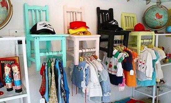Organizador de ropa hecho con sillas recicladas