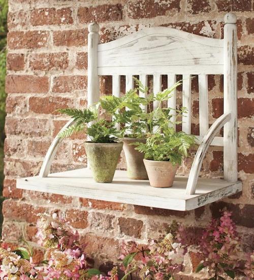 Un estante para macetas hecho con una silla vieja