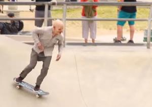 señor en patineta